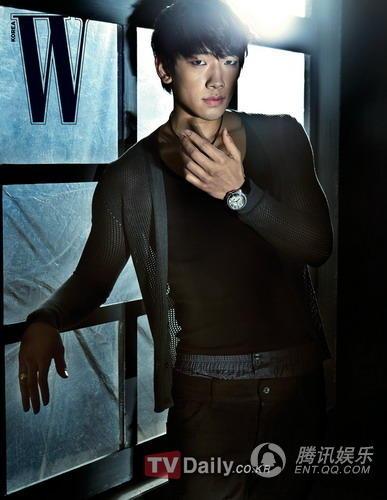 韩国歌手Rain为韩国某时尚杂志拍摄了一组时装画报,展现了他的性感