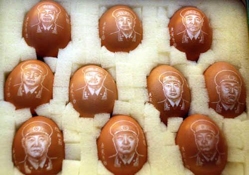娱乐休闲吧 蛋壳上雕出 十大元帅 头像