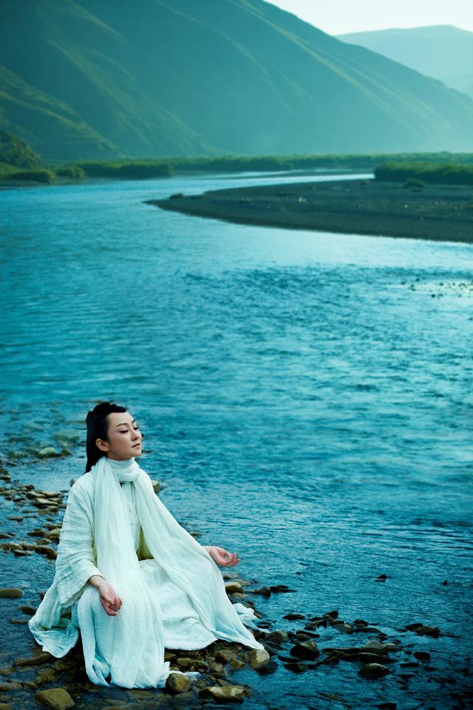 可以体会到更广阔的天地及更亲切的人性之美,这一切对我们来说是久违